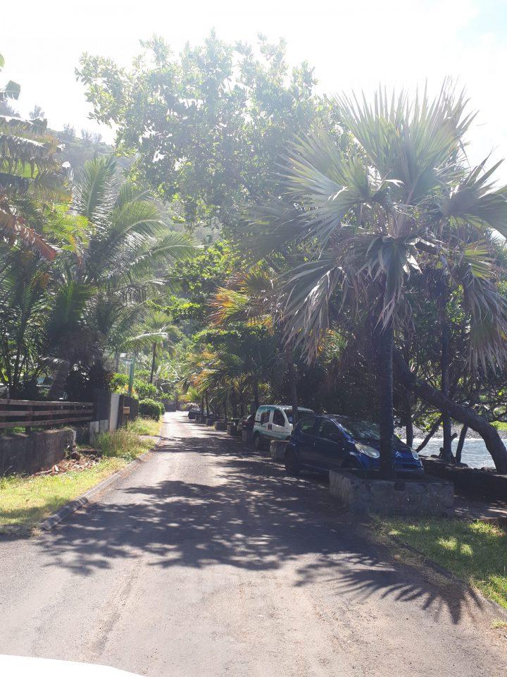 Une rue déserte à Manapany